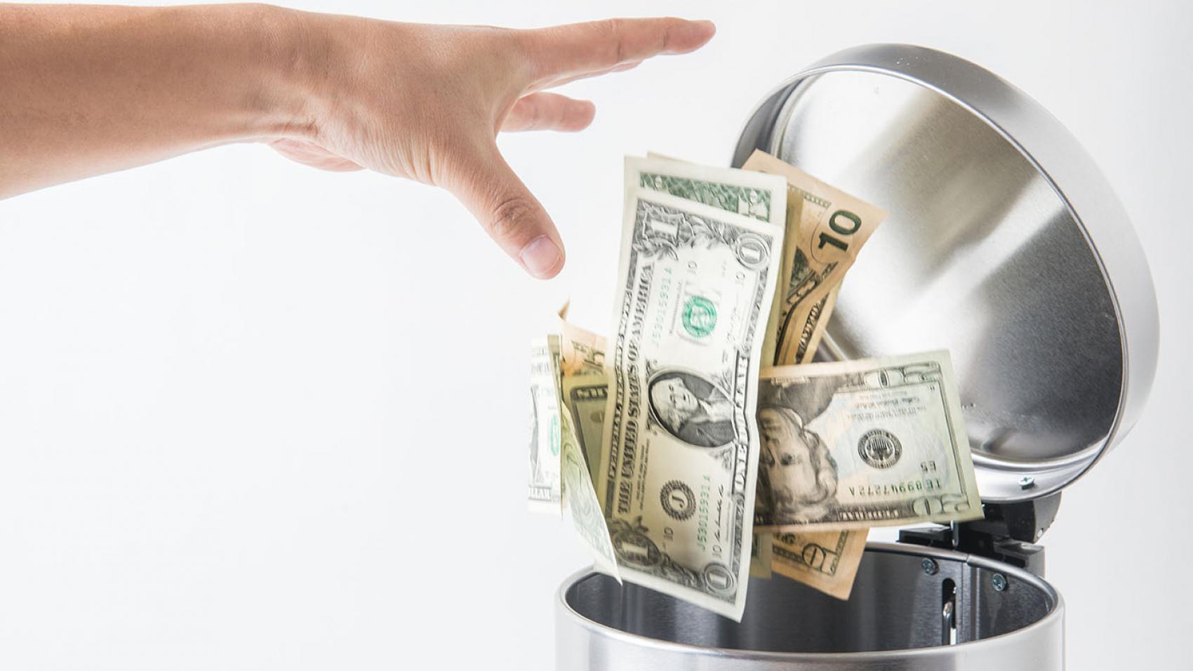 Arunci banii la gunoi